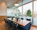 全面ガラス張りの開放的空間。お食事と一緒に景色も楽しめます♪