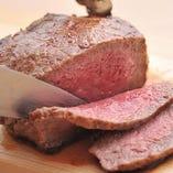 肉を熟知したスペシャリストがミリ単位で手切りする匠技!!
