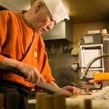 【腕利きの料理職人】当店の料理は、海鮮をはじめ、季節の素材を使った創作料理を、腕利きの料理人がご提供いたします!食材も目で見て仕入れる新鮮素材。是非、自信の料理を味わってください!