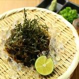沖縄産もずくをザルソバ風でどうぞ!宴会のおつまみに最適です!