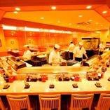 熟練の寿司職人の仕事風景がのぞけるカウンター席.