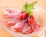 リピーター続出のマグロのとろほほ肉の炙り。一度食べると病みつきのうまさです。