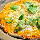 海老とアボカドのピッツァ