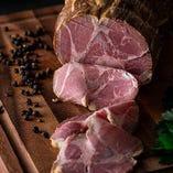 スパイスが豚の甘みを引き立てる「神威豚自家製ハム」は数量限定
