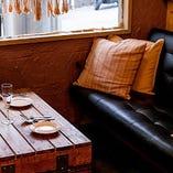 【テーブルソファー席/2名様まで】距離感を縮めたいデートシーンに最適です