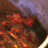 ジューシなチキンを高温のタンドール窯でじっくり焼き上げます