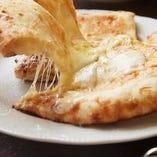 人気の「チーズナン」は、チーズの芳醇な香りとやわらかな食感がくせになる逸品です
