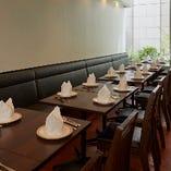 4名様向けのお席を5卓ご用意しておりますが、ご利用人数に合わせてテーブル同士をつなげ横並びのパーティー席もご用意可能です