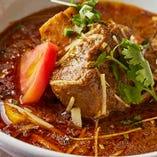 当店イチオシのカレー「ニハリ」。ラムの骨付き肉をたくさんの香辛料と玉ねぎ、ハーブと長時間コトコト煮込み、酸味を感じる奥深い味わいをお楽しみいただけます♪