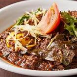 柔らかい一口大の肉を、ブラウンオニオン、フレッシュコリアンダー、ブラックペッパーを加えた風味豊かなココナッツミルクで煮込んだ、南インド料理を代表する一品「ラム ウエチェンナ マムサム」