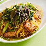 お出汁で食べるホエー豚と緑野菜のペペロンチーノ