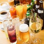 樽詰め生ビールや瓶ビールをはじめ、ワイン、カクテル、ハイボールなど多彩なドリンクが楽しめる飲み放題