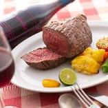 ジューシーで食べごたえ満点のお肉料理も豊富