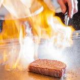 華麗なシェフの調理パフォーマンスは、ライブ感満載です。