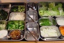 野菜中心の料理をバイキングスタイル