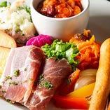 人気の前菜盛合せは選りすぐりの自慢料理をご堪能いただきます