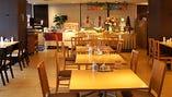 【テーブル席】ゆったり座れるレイアウト!気軽なお食事も飲み会もOK(全100席)
