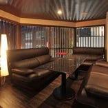 メインホールより一段高いソファーVIP席