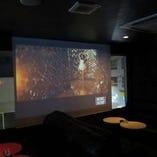 300インチ&プロジェクター    高解像度、高出力のプロジェクターなのでテレビのように映ります