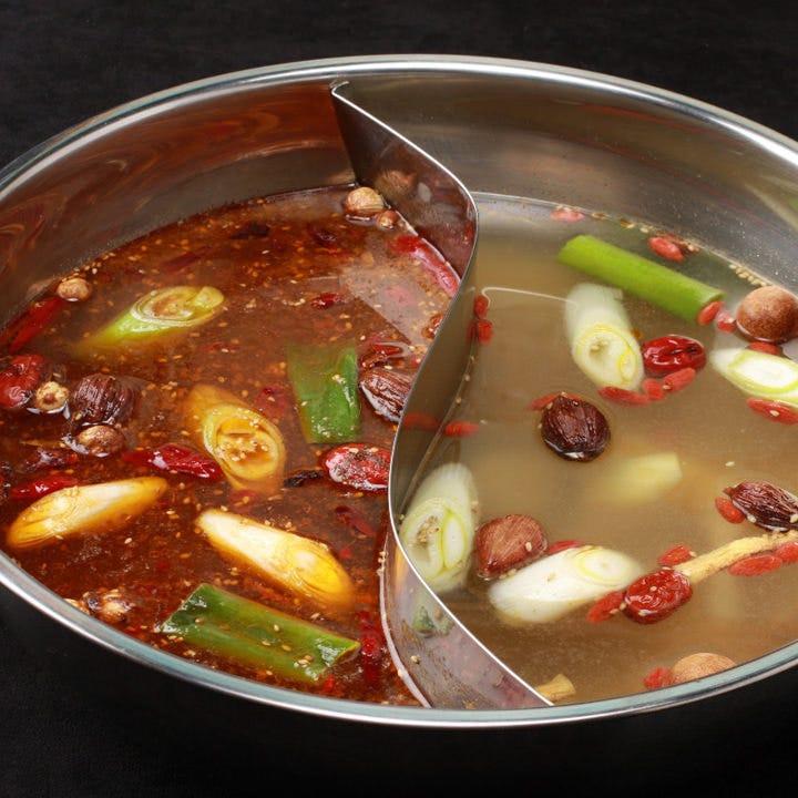 天香鍋と回味鍋が一度に味わえる天香回味鍋は、代々続く伝統の味