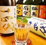 個性溢れる地酒や定番の銘酒、麦・芋・黒糖などの焼酎あり。