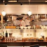 洗練された空間に華やぐオープンキッチンから美味しいを届けます