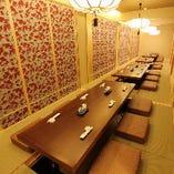 全ての個室の仕切りを外し最大36名様でのご宴会が可能です。お客様へこころより老舗寿司をご堪能頂くため創り出した、趣ある空間が和の心を呼び覚まします。見通しの良く幹事様も安心のワンフロアにてプライベートなご宴会をこころゆくまでお楽しみ下さいませ。足元広々掘りごたつ席にて最後までゆったりとお寛ぎ頂けます。