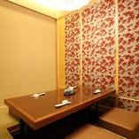 畳や京壁など日本特有の素材や色彩が開放感を与え心を落ち着かせる和空間となっております。リラックスしたお気持ちで老舗寿司をご堪能頂けます。