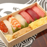 お土産に寿司折や巻物の折詰をどうぞ