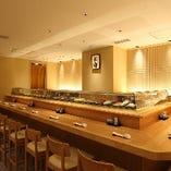 寿司屋のカウンターは特等席。デリバリー・ケータリングも可能。