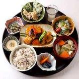 豚肉と彩り野菜の黒酢餡かけ バランス定食