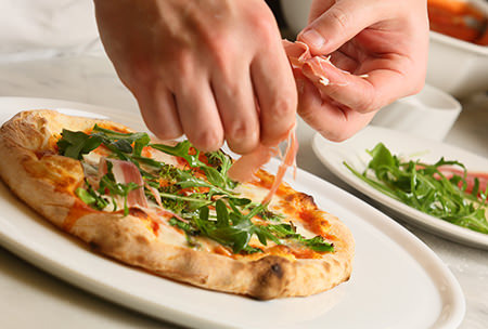 専用のピザ釜で焼きあげた窯焼きピザ