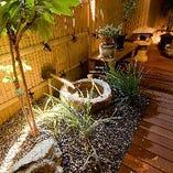 【坪庭にほっこり】 テーブル席の窓の向こうには、小さな坪庭が