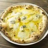 ワインにぴったり!4種チーズのクアトロピッツァ 蜂蜜添え