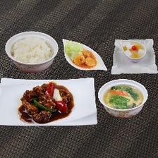 【平日限定】黒酢酢豚、海老チリ、ご飯、スープにデザート付きランチ『Cセット』