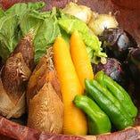 〈厳選した京野菜〉 四季折々の新鮮な京野菜を仕入れています。