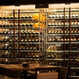 大型ワインセラーにはイタリアワインがずらりと並びます