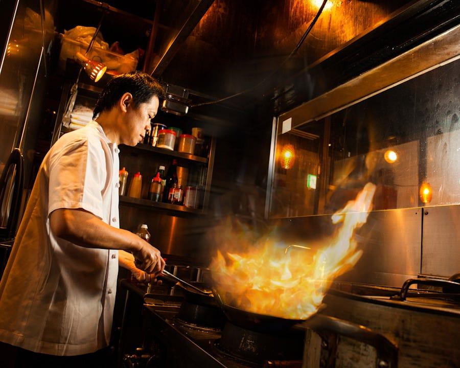 ガラス越しに炎が上がる!オープンキッチンではタイ人コックが腕を奮います