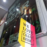 階段右手に見える「WE LOVE CRAFT BEER」の旗が目印です!