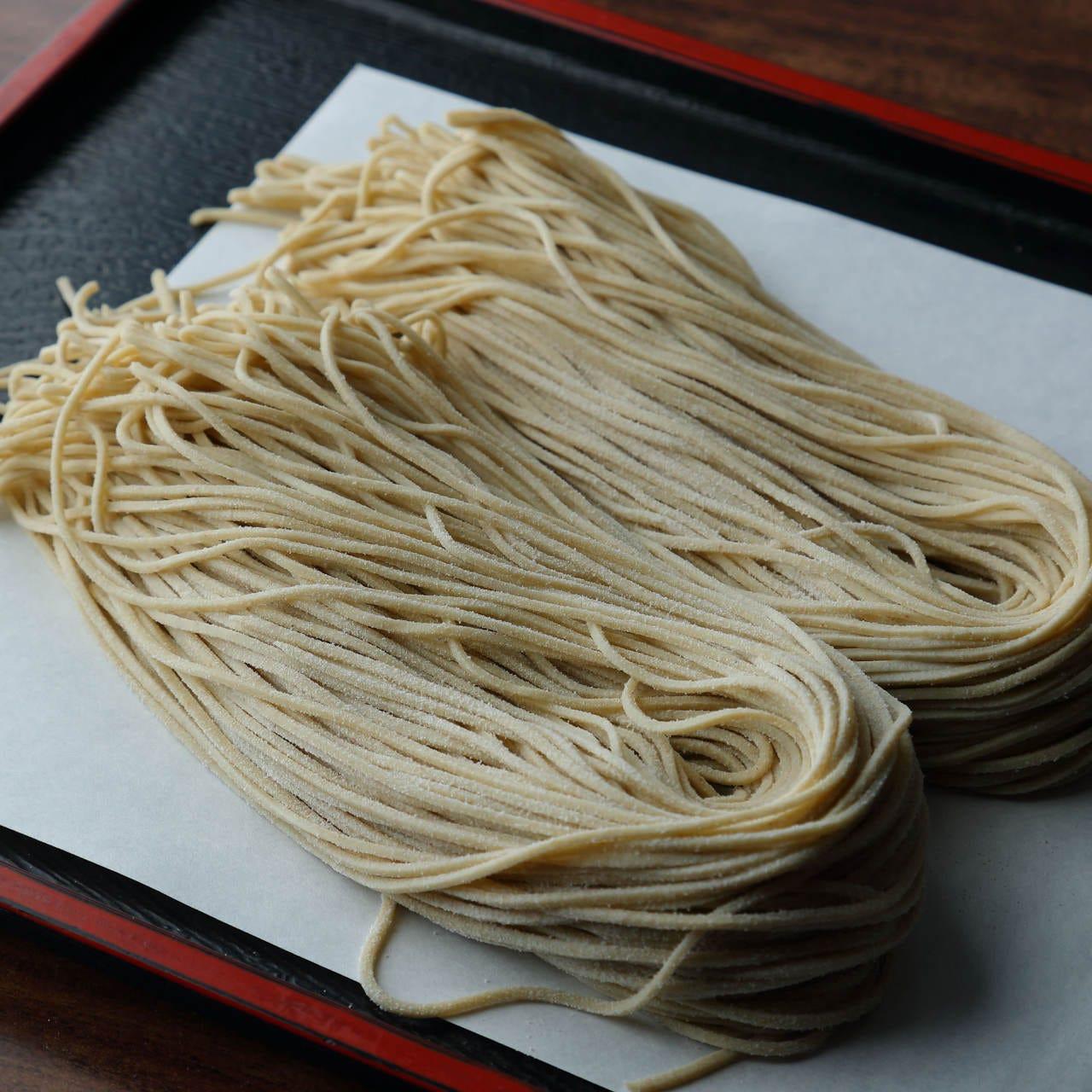 国産蕎麦粉とこだわりの製法で打つ自家製蕎麦は香り高いのが特長
