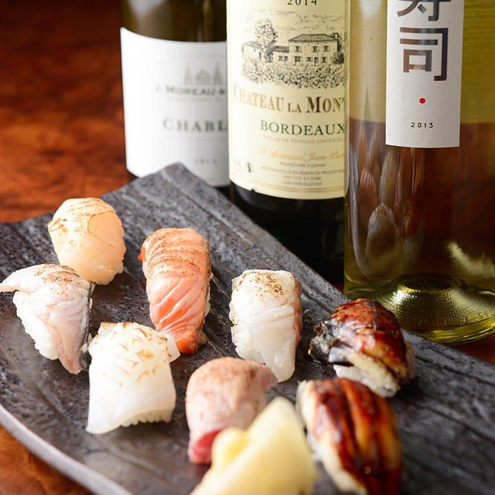 キリッと冷えた白ワインに、炙り寿司のマリアージュを楽しむ