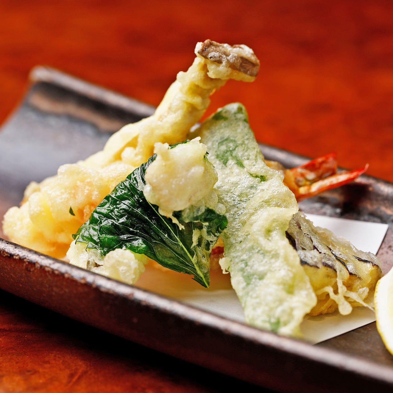 旬の食材を使った天ぷらはサクサクの食感!