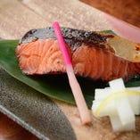 季節の魚を焼き物で。