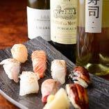 キリッと冷えた白ワインと、炙り寿司のマリアージュ。