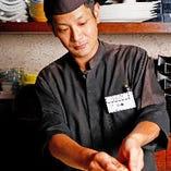 カウンター席では目の前で料理人が寿司を握ります。