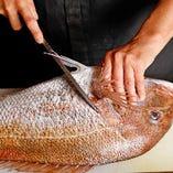 大きな魚もあっという間に裁きます。
