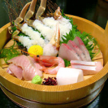 築地直送日替わりの鮮魚盛り合わせ。季節真っ只中の食材のみ使用