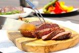 自慢のグリルで焼き上げたお肉は切り口も美しい!