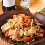 小海老と揚げジャガのサラダは特製ドレッシングをかけてお召し上がりください。