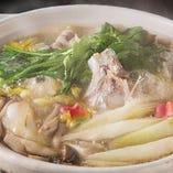 旬の鮮魚と野菜がたっぷり入った寄せ鍋。素材の旨みが凝縮されたスープもご堪能くださいませ。